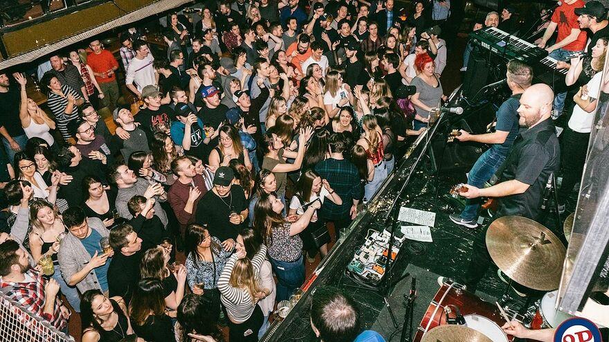 Une foule festive assiste un concert