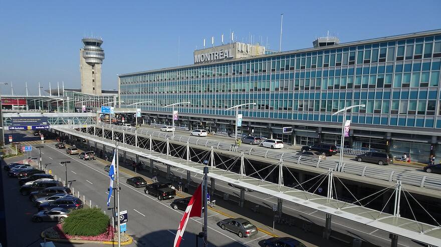 Le débarcadère de l'aéroport international Pierre-Elliott-Trudeau, à Montréal, la tour de contrôle en arrière-plan.