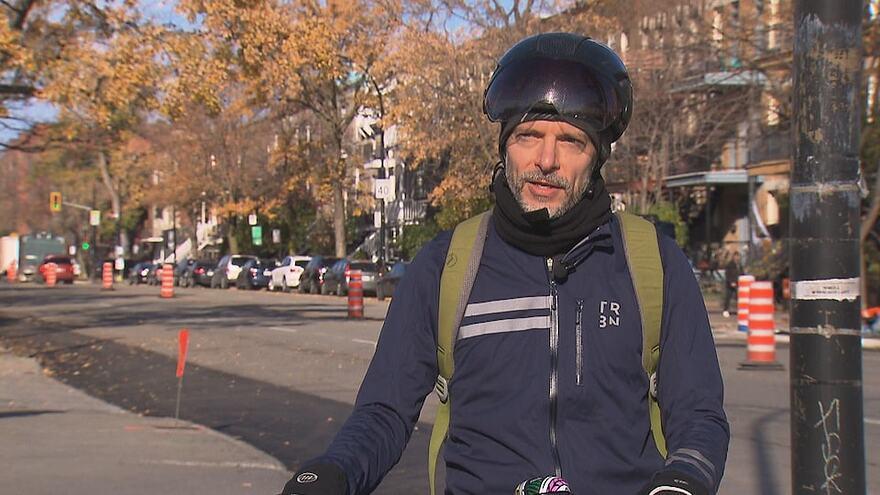 Le cycliste donne une entrevue à notre antenne.