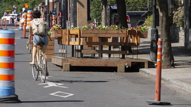 Un vélo sur l'avenue du Mont-Royal à Montréal