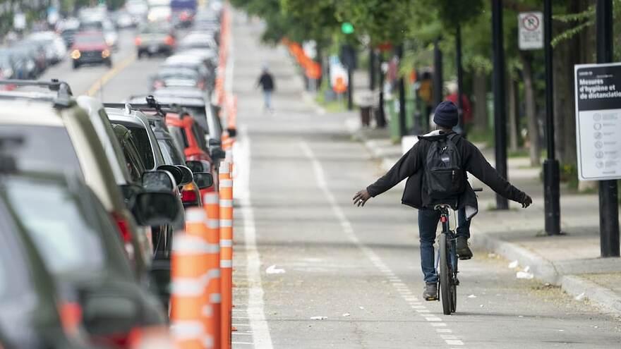 Un cycliste roule sans tenir son guidon dans les voies cyclables de lavenue Christophe-Colomb