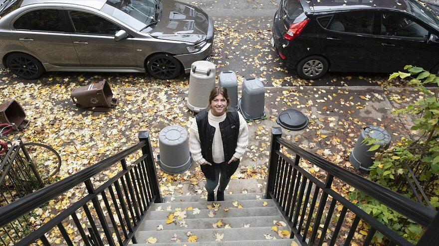 Portrait de Rachel Claude dans un escalier extrieur