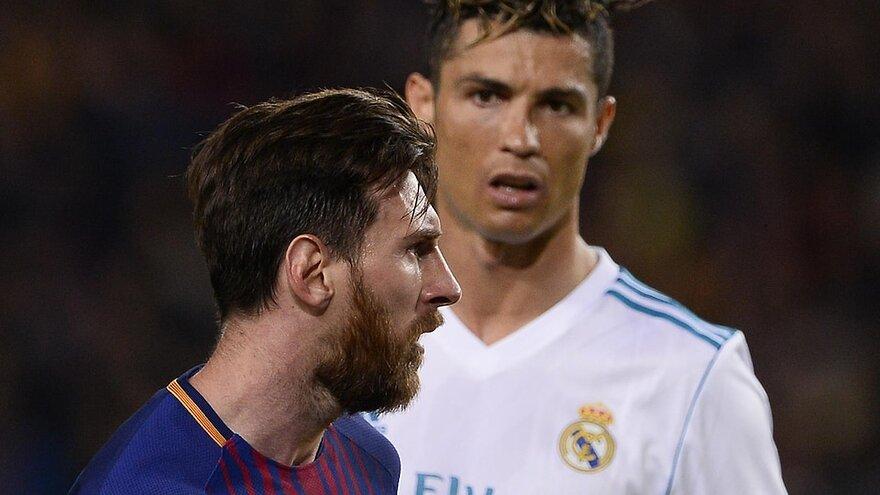 Cristiano Ronaldo (Real Madrid) regarde Lionel Messi (FC Barcelone) durant un Clasico en 2018.