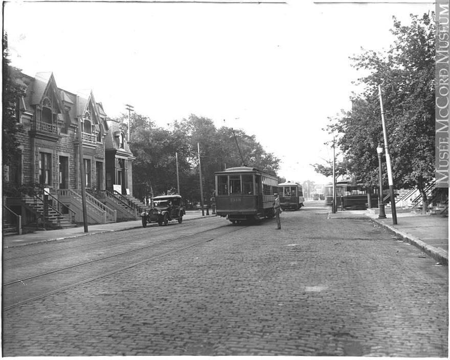 1920 Rue Sainte-Catherine en direction ouest au square Cabot, Musée McCord, MP-0000.587.35