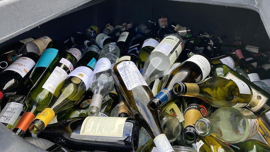 Des bouteilles de verre dans un bac de recyclage dédié à cette matière.