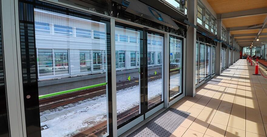 Sur le segment Rive-Sud, les travaux vont bon train. L'extérieur des stations est complété et la finition intérieure est en cours et sera terminée cette année. L'aménagement paysager pourra même s'amorcer!   Station Brossard - Mars 2021