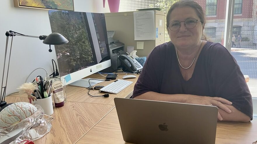 La neuropsychologue Isabelle Rouleau est assise dans son bureau de l'Université du Québec à Montréal.
