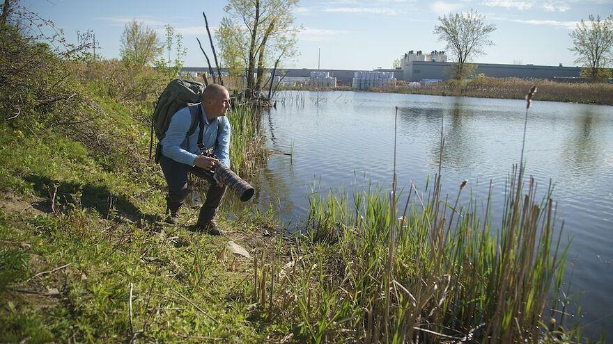 Au bord de l'étang, sa caméra prête pour l'action