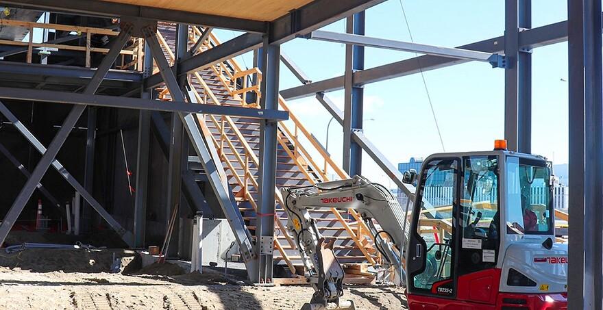 Dans l'Ouest, la structure et les plafonds de la station Fairview-Pointe-Claire sont déjà bien visibles, l'objectif étant que l'enveloppe extérieure soit complétée cette année et l'aménagement intérieur très avancé.   Station Fairview-Pointe-Claire - Mars 2021