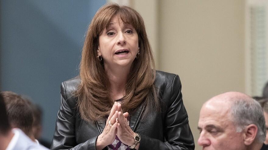 Une femme prend la parole, les mains jointes, à l'Assemblée nationale du Québec.
