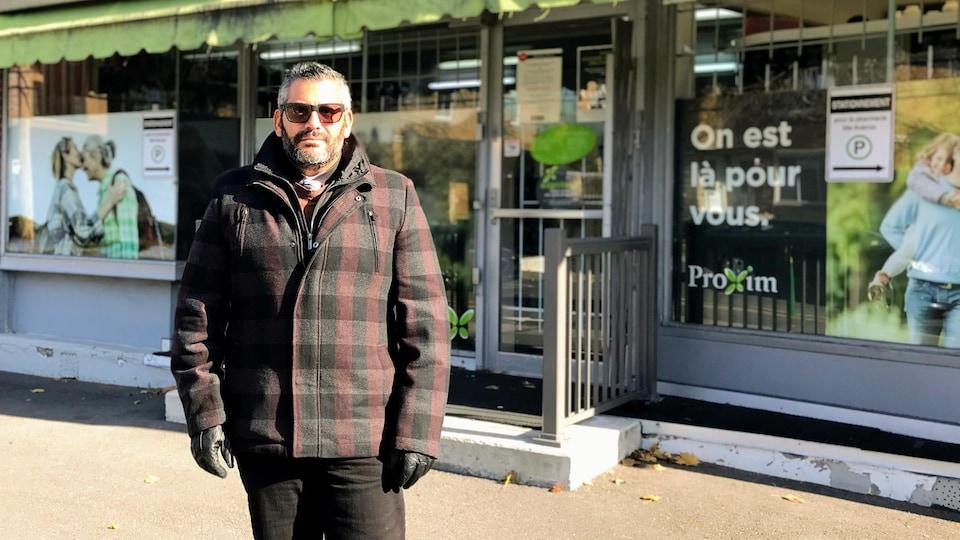 Simon Boutros pose devant sa pharmacie