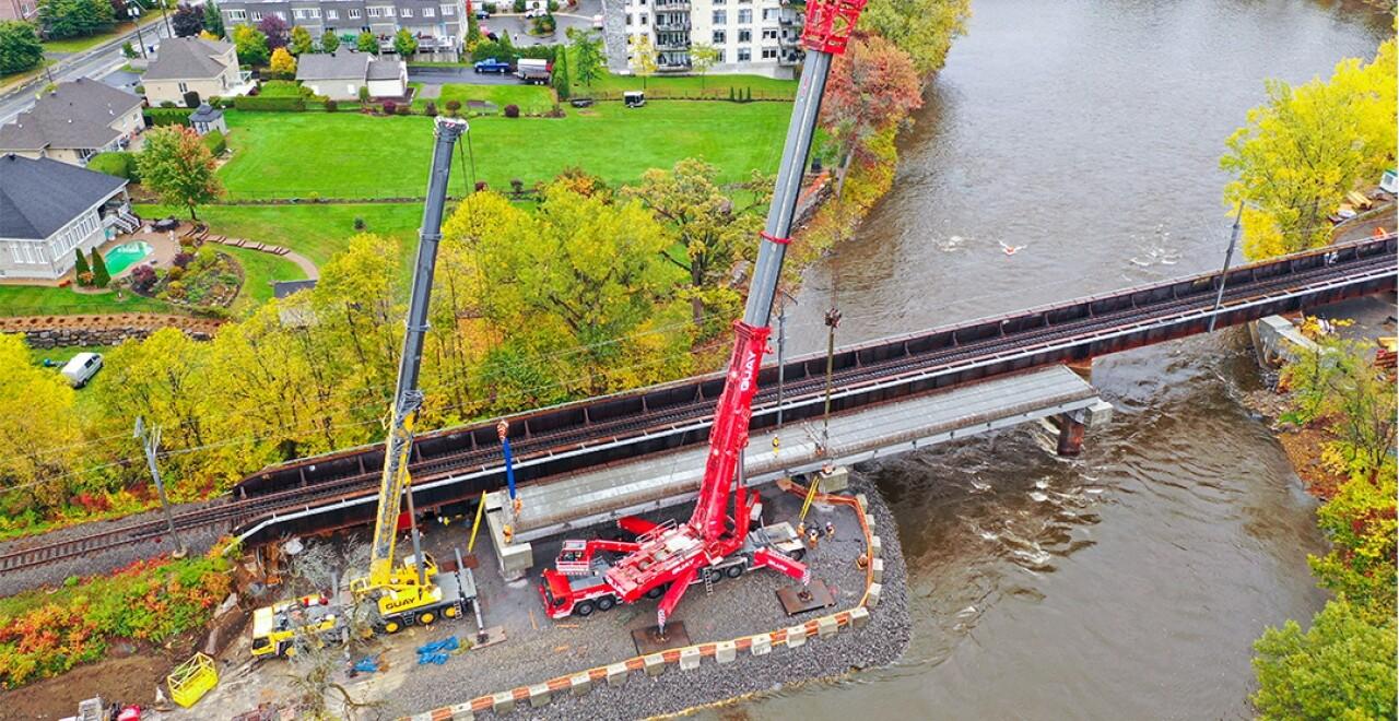 Les travaux pour doubler le pont ferroviaire enjambant la rivire des Prairies entre les les de Laval et Sainte-Dorothe