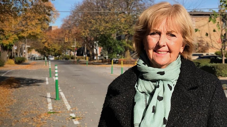 Sylvie Roy pose sur la piste cyclable