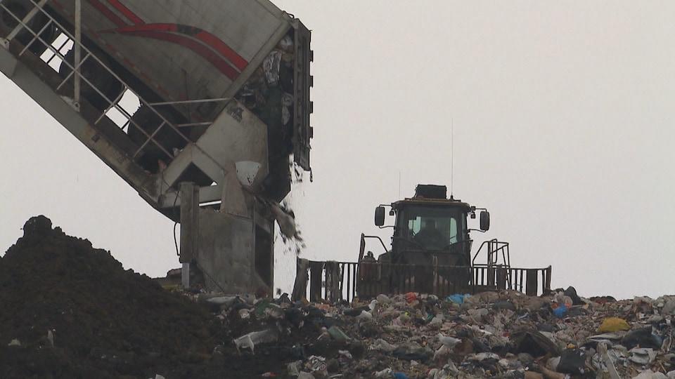Un camion déverse des déchets.