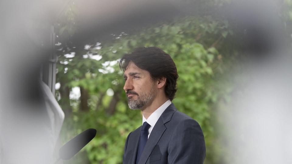 Le premier ministre parle devant un micro